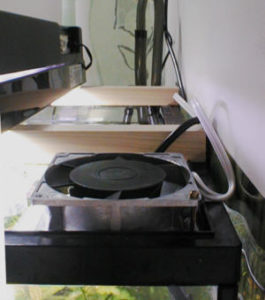 水槽の上面に冷却ファンを設置した様子
