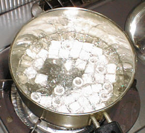 シポラックスを鍋で煮ている様子
