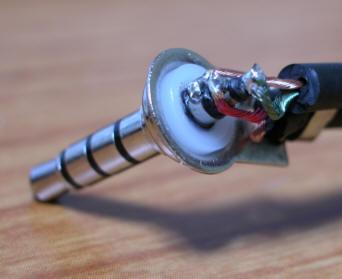 ゼンハイザー純正ケーブルを切って4極プラグをはんだ付けした様子