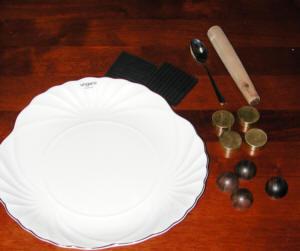 磁器製の皿を利用してインシュレーターの減衰の違いを比較している様子