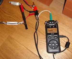 アンプの出力電圧を測定しているところ