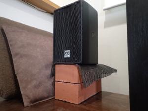 デスクトップスピーカーに必要な台の高さを調べる実験の様子