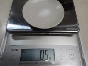 塩0.5g とクエン酸 0.5g を計量している様子