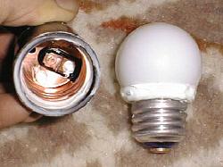 生ごみ処理器の保温に使う電球を防水シールした様子