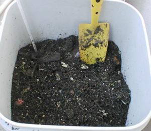 腐葉土を使った生ごみ処理機の様子