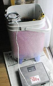 ファンで生ごみ処理器の菌床を乾燥させる実験をしている様子