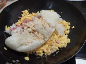 卵に火が通った所でご飯と調味料を投入したところ