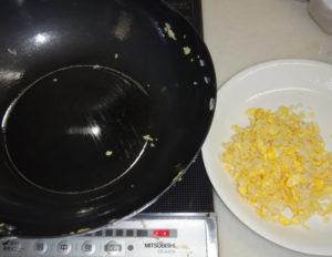 沢山の卵と合わせた油でご飯を炒めた後のフライパンの様子