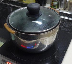 電気炊飯器の内釜をIHで加熱して電気炊飯の味を再現している様子