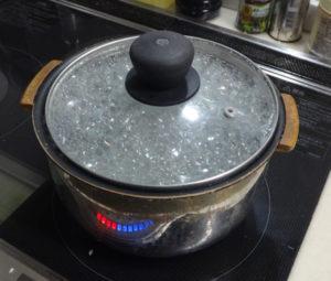 炊飯中に泡が蓋まで登って来ている様子