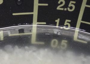 電気炊飯器の内釜の水位線に水位を重ねて見た様子