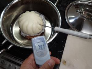 調理中の中華まんの温度を測っている様子