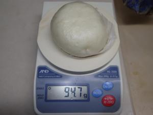 中華まんの重さを正確に測っている様子