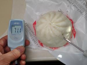 コンビニで買ってきた肉まんの中心温度を測っている様子