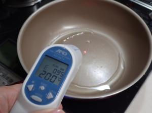 放射率温度計でフライパンの温度を測っている様子