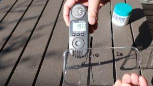 紫外線強度計で生の光を測っている様子