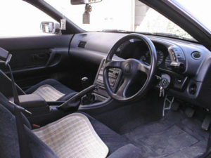 R32スカイライン 運転席外観