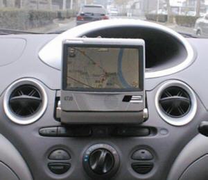 トヨタ プラッツ セダンのセンターコンソールに設置したデルナビ