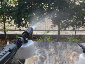 ケルヒャーのフォームノズルで水を噴射している様子