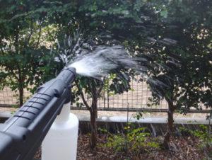 アイリス フォームランスで水を噴射している様子