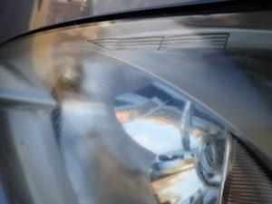 コーティングが劣化したヘッドライトの表面