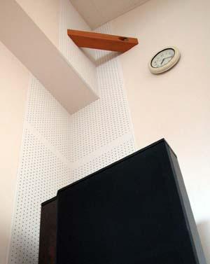 部屋の4隅に施工した低周波の吸音機構