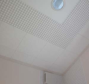 天井の隅周りに施工した中~高周波用の吸音パネル