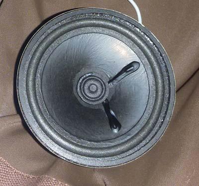 スピーカーのコーン紙に塗った木工用ボンドが乾燥したところ