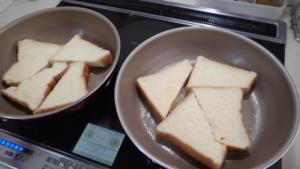 フライパンでフレンチトーストを焼いている様子