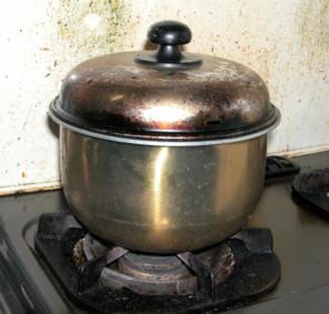 電気炊飯の釜とガスコンロを使って炊飯している様子