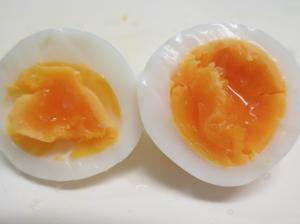 レンジでらくチンを使って調理した半熟卵の断面