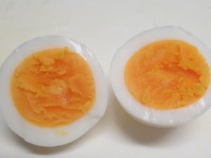 レンジでらくチンを使って調理した中心まで均一な半熟卵