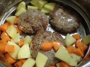 野菜と一緒にハンバーグを蒸すところ