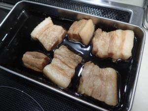 豚肉の最適煮込み時間を調べる実験の様子