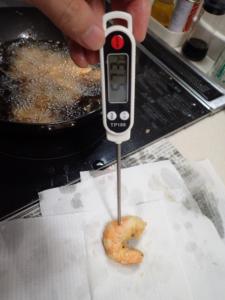 エビの中心温度を温度計で測っている様子