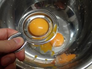 卵の黄身を分離している様子