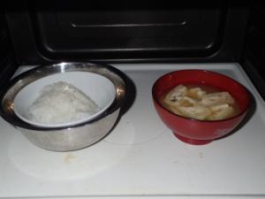 ご飯を金属容器に入れて味噌汁と一緒にレンジに入れた様子
