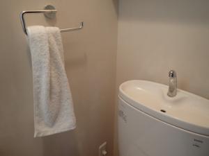 トイレの水回りに施工した紙クロスの様子