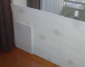 窓際ボードの倒れ防止にブックエンドを使った様子