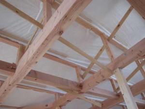勾配天井に張られたタイベック シート