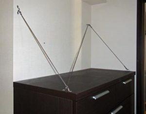 隅に置いた家具を固定した例