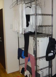 蓄熱暖房機の周囲にスチールラックを設置し、洗濯物を干している様子