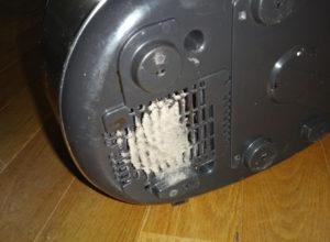 電位炊飯器の裏にある吸入口に埃が詰まった様子