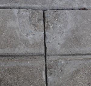 表面が割れてしまった側溝の表面