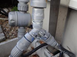 ジンクスプレーで保護した屋外水栓まわり