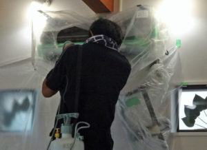 周辺を養生してエアコン室内器を洗浄している様子
