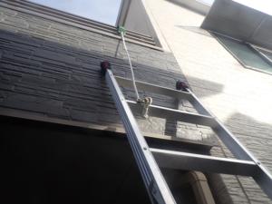 梯子をロープで固定した様子