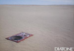 鳥取砂丘にスピーカーを埋めて無限大バッフルを模擬した様子 ダイヤトーンカタログ(1977年頃)