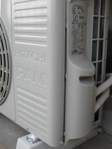 エアコン手抜き工事の例 中途半端に組み立てられた室外機