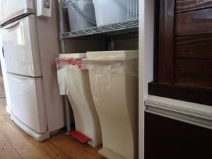 スチールラック(幅60cm)の下の空間に作ったゴミ箱の収納スペース